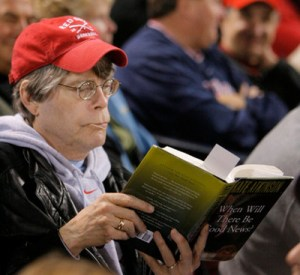 OT_296010_BORC_rays_12 JAMES BORCHUCK  |   Times (10/14/2008 Boston, MA) Stephen King reads a book while sitting in the grandstands during the sixth inning.